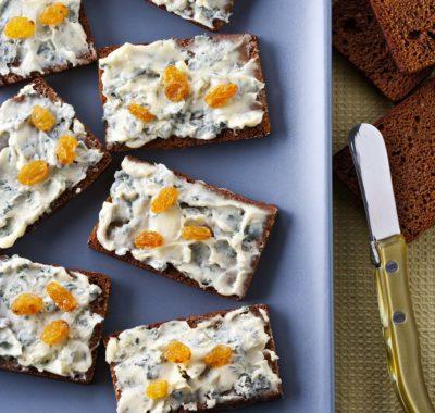 Canapés de Bleu d'Auvergne con pan de jengibre