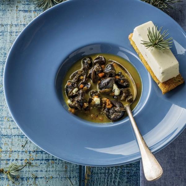 Sablé au Bleu d'Auvergne et sapin de Margeride en bouillon d'escargots