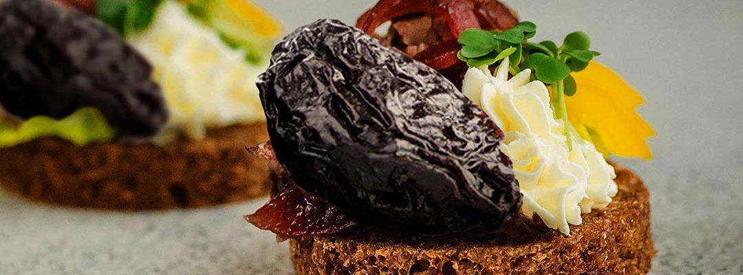 Toasts mit Bleu d'Auvergne, Pflaumen und Schinken der Auvergne