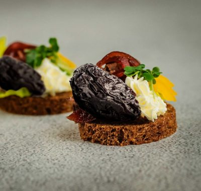 Bleu d'Auvergne toast with dried plums and Auvergne ham