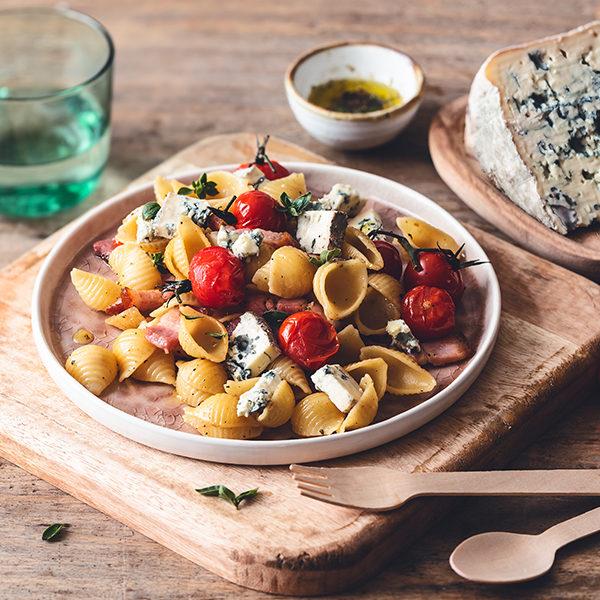 Salade van conchiglioni met gepofte trostomaatjes en AOP Bleu d'Auvergne